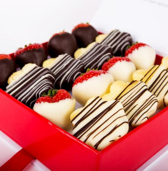 Chocolate Berry Box with Daisies