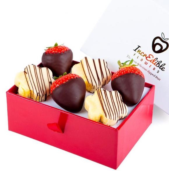 Mini Chocolate Berry Box with daisies